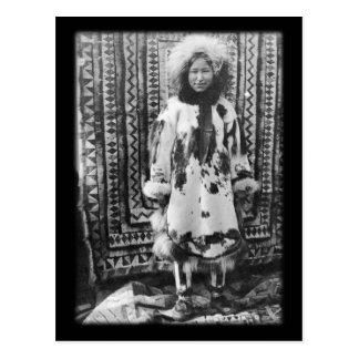 Chica esquimal de Alaska en ropa tradicional de la Tarjeta Postal