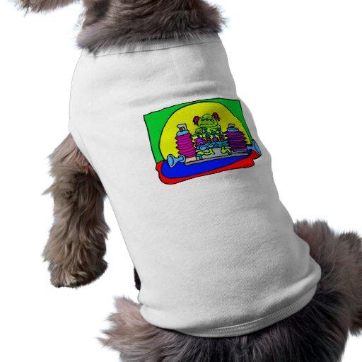 Chica extranjero que juega música camisetas mascota