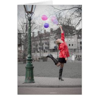 chica feliz con los globos en la calle tarjeta de felicitación