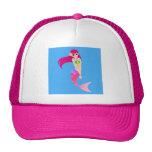 Chica feliz de la sirena con el pelo rosado gorras de camionero