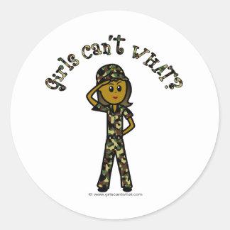 Chica femenino oscuro del ejército pegatina redonda