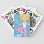 Chica fresco de la yoga barajas de cartas