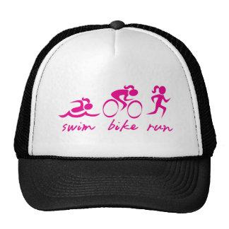Chica funcionado con bici de la nadada tri gorros