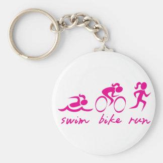 Chica funcionado con bici de la nadada tri llavero redondo tipo pin