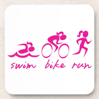 Chica funcionado con bici de la nadada tri posavasos de bebida