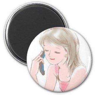 chica gabbing en el teléfono celular imán redondo 5 cm