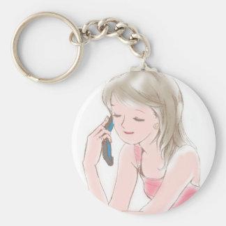 chica gabbing en el teléfono celular llavero redondo tipo pin