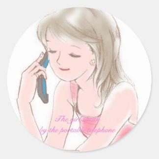 chica gabbing en el teléfono celular pegatina redonda