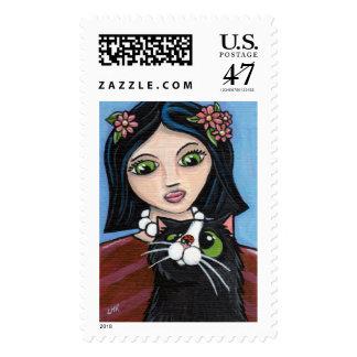 Chica, gato negro y franqueo (grande) de la sellos postales
