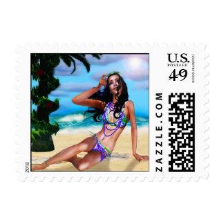 Chica hawaiano en los rayos de cogida de la playa franqueo
