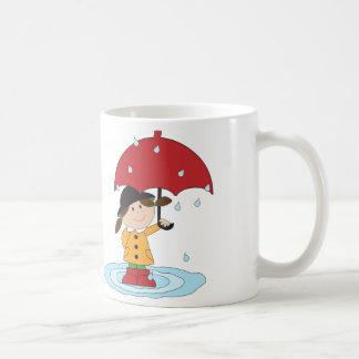 Chica inglés con el paraguas en lluvia taza