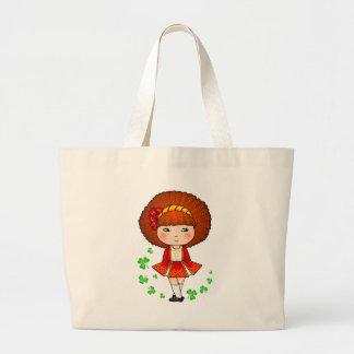 Chica irlandés en vestido rojo con los tréboles bolsas