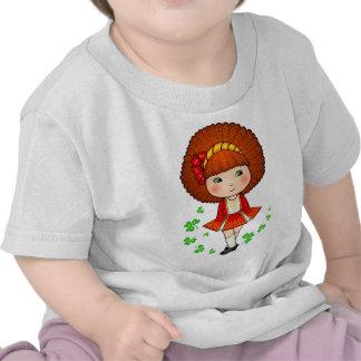 Chica irlandés en vestido rojo con los tréboles camiseta