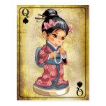 Chica japonés en el kimono que sostiene un collar  postal