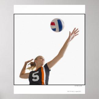 Chica joven (16-17) que juega a voleibol póster