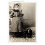 Chica joven 1900 y su perro tarjeton