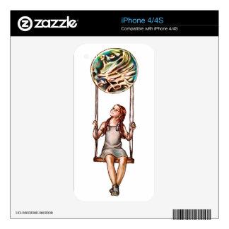 Chica joven caprichosa que balancea en orbe de la iPhone 4 skins