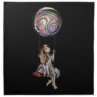 Chica joven caprichosa que balancea en orbe servilletas