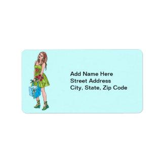 Chica joven con el regalo etiqueta de dirección