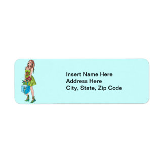 Chica joven con el regalo etiqueta de remite