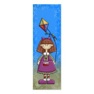 Chica joven con la señal de la cometa tarjetas de visita mini