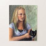Chica joven con rompecabezas del gato negro