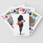 Chica joven con un corazón barajas de cartas