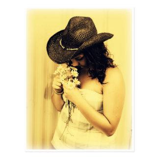 Chica joven del país con las margaritas postal