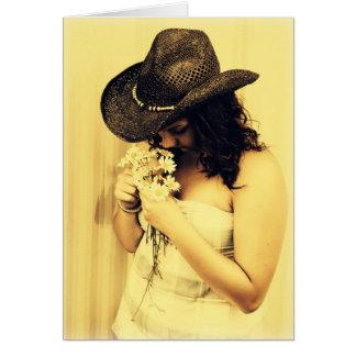 Chica joven del país con las margaritas tarjeta de felicitación