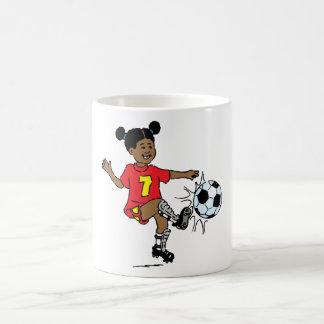 Chica joven que juega a fútbol taza clásica