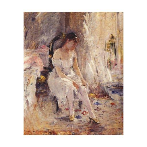 Chica joven que pone en sus medias - lona lienzo envuelto para galerías