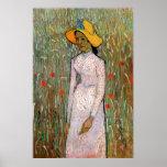 Chica joven que se coloca en los campos de trigo - poster