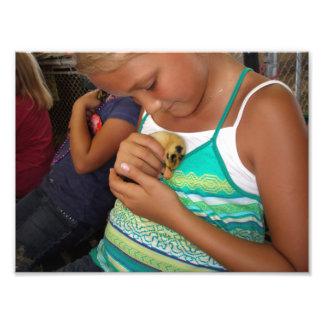 Chica joven que sostiene el pato del bebé cojinete