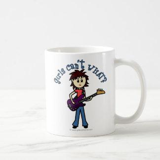 Chica ligero de la guitarra baja tazas