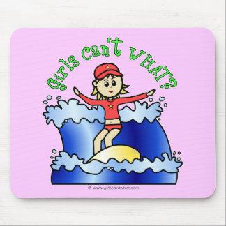 Chica ligero de la persona que practica surf tapete de ratón