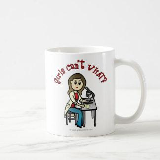 Chica ligero del científico tazas de café