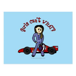Chica ligero del conductor de coche de carreras tarjetas postales