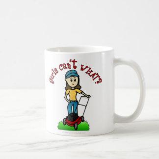 Chica ligero del cuidado del césped taza de café