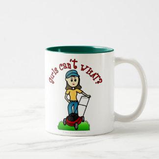 Chica ligero del cuidado del césped tazas de café