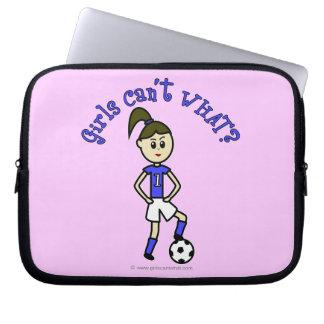 Chica ligero del fútbol en uniforme del azul manga portátil