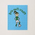 Chica ligero del fútbol en uniforme del verde rompecabeza