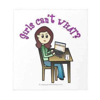 Chica ligero del ordenador libreta para notas