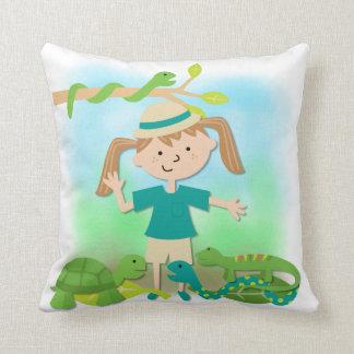 Chica ligero del pelo en la almohada del safari