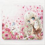 Chica lindo con el gato blanco en campo de flores  alfombrillas de raton