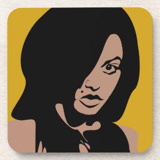 Chica lindo con el pelo negro posavasos de bebidas