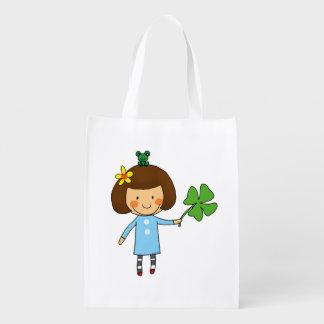 chica lindo con un trébol de cuatro hojas - buena bolsa de la compra