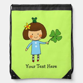 chica lindo con un trébol de cuatro hojas - buena mochila
