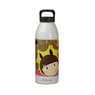 Chica lindo de la jirafa del dibujo animado botellas de beber
