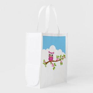Chica lindo del búho en bolsos reutilizables de un bolsas para la compra