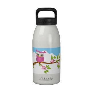 Chica lindo del búho en una botella de agua de la